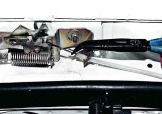 Как открыть капот, если порвался тросик?