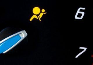 Почему загорается лампочка подушек безопасности