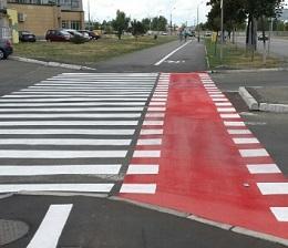 красная разметка на дороге